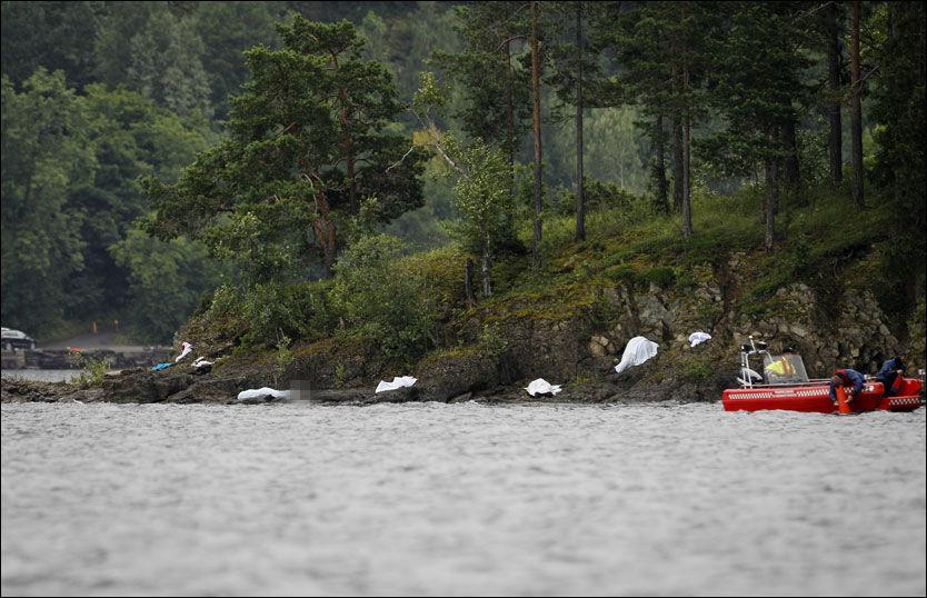 DØDE: Langs vannkanten på nord- og vestsiden av Utøya ligger det flere døde mennesker etter terroraksjonen fredag. Foto: KYRRE LIEN / VG