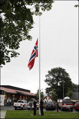 PÅ HALV STANG: Lørdag morgen ble flagget heist på halv stang utenfor Sundvolden hotell, hvor flere av de overlevende etter Utøya-tragedien holder til. Foto: Håkon Mosvold Larsen / Scanpix