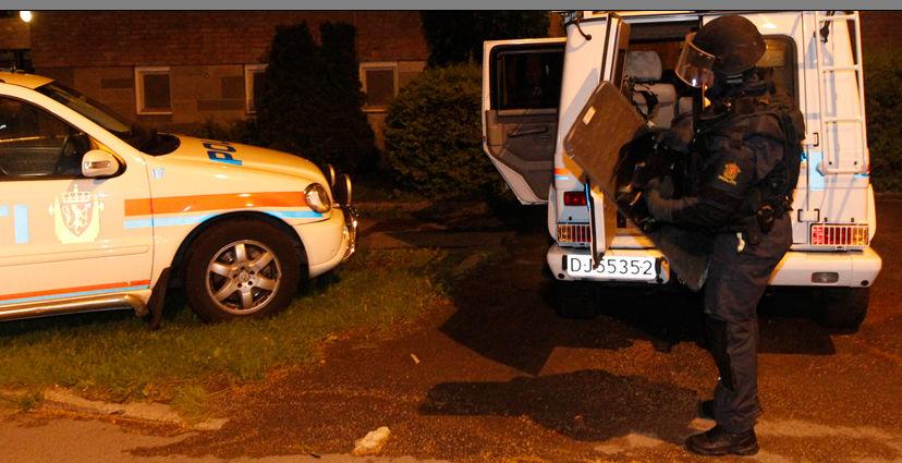 RANSAKET LEILIGHET: Væpnet politi gikk fredag kveld inn i leiligheten til den 32 år gamle mannen som er pågrepet etter skuddene på Utøya. Foto: KYRRE LIEN