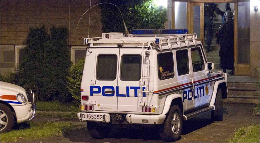 EVAKUERTE BOLIGBLOKK: Bevæpnet politi fra Beredskapstroppen gikk fredag kveld til aksjon mot leiligheten som den pågrepne 32-åringen benyttet i Oslo. Alle naboene ble evakuert og pressen fikk beskjed om å trekke seg unna. Foto: FRODE HANSEN