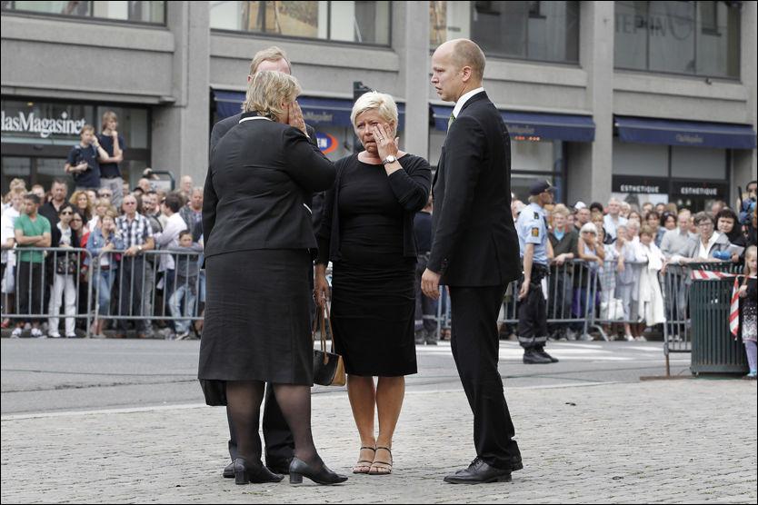 BEKLAGER: Siv Jensen beklaer at kommentaren hennes til NRK ble oppfattet feil. - Jeg forstår at noen velger å tolke meg dit, men vær så snill, ikke gjør det, sier hun. Her sammen med Erna Solberg (H) og Trygve Slagsvold Vedum (Sp) utenfor Oslo Domkirke søndag. Foto: Scanpix