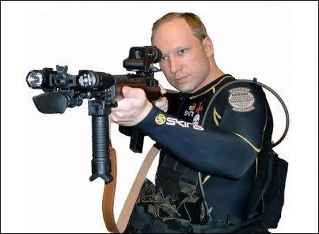 POSERER: Her poserer Anders Behring Breivik med med et automatvåpen. Bildet er publisert i Breiviks omfattende manifest - et 1500 sider langt dokument. Foto: PRIVAT