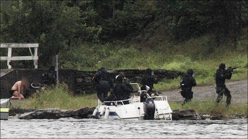 TAKING ACTION: The suspect surrendered shortly after armed police arrived at Utøya island. Foto: REUTERS/Jan Bjerkeli