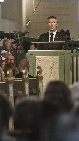 STORE ORD: Jens Stoltenberg roses etter sin tale under minnegudstjenesten i Oslo Domkirke. Foto: Scanpix