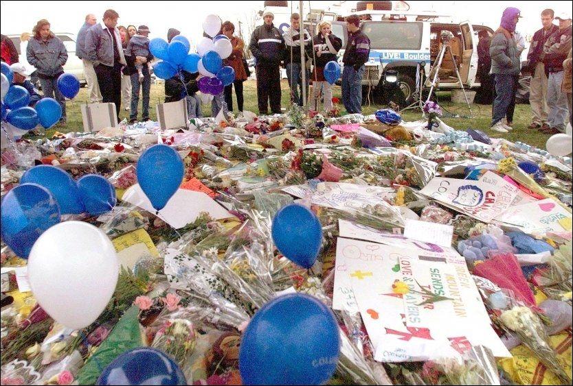 KJENT: En av de mest kjente lignende massakrene var på Columbine High School i 1999, hvor to studenter tok livet av 13 medstudenter og seg selv. Til sammenligning er hittil 92 bekreftet omkommet etter Utøyamassakren og bomben i sentrum. På dette bildet sørger de over Columbine-tragedien. Foto: AFP
