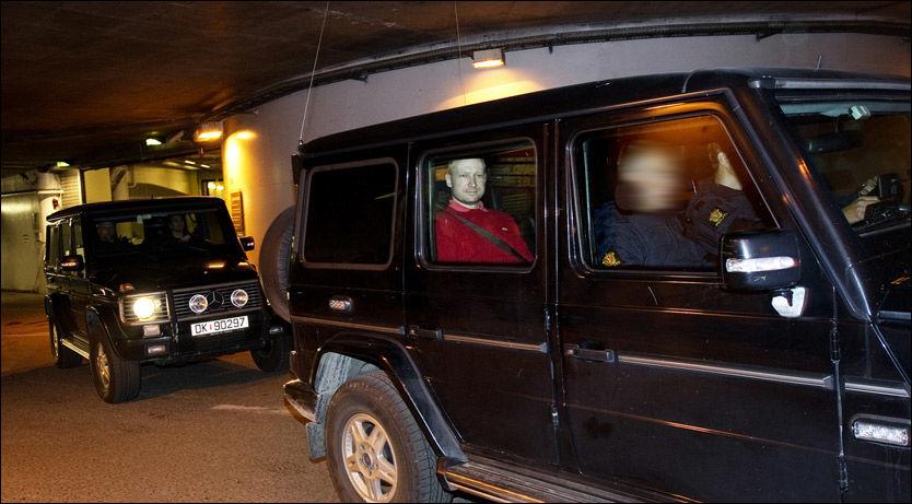 BEREDT PÅ SONE RESTEN AV LIVET: Her blir Anders Behring Breivik kjørt ut av tinghuset etter fengslingsmøtet. Han sa at han var beredt på å sitte resten av livet i fengsel. Foto: Gøran Bohlin
