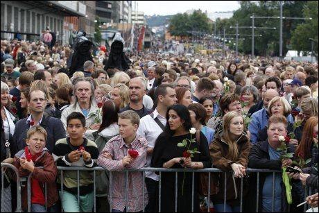 MØTTE ONDSKAP MED KJÆRLIGHET: Rundet 150.000 mennesker regnes å være i Oslo sentrum mandag kveld for å delta i rosetog i Oslo sentrum. Foto: Scanpix