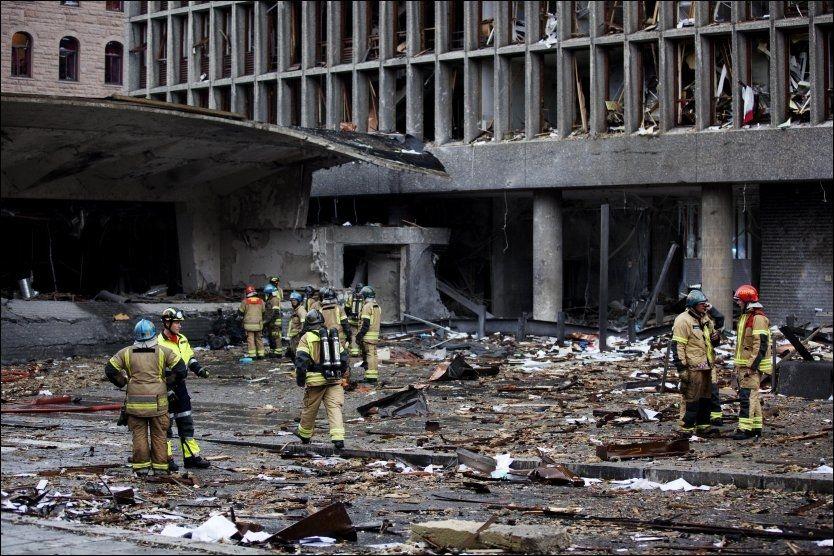 1500 KILOS BOMBE: Krateret etter bombebilen i regjeringskvartalet skal gå to etasjer ned i bakken. En bombeekspert mener bomben kan ha vært på hele 1500 kilo. Foto: Andrea Gjestvang/VG