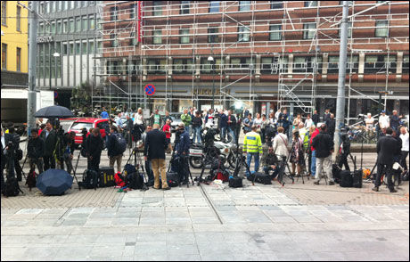 KAOTISK: Det kryr av internasjonale mediefolk utenfor Oslo tinghus. Foto: Jarle Brenna