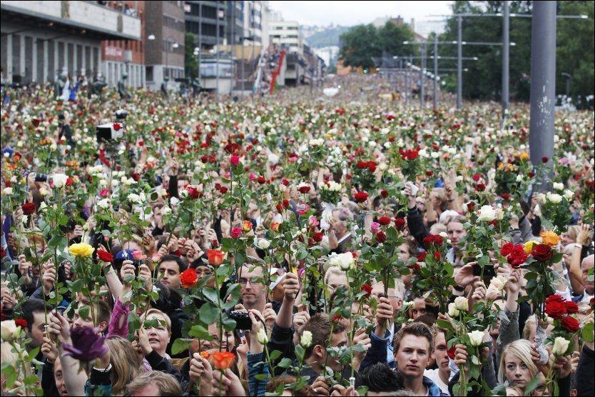ROSER: Rundt 250.000 mennesker samlet seg i Oslo sentrum mandag kveld for å minnes ofrene etter Oslo-bomben og skytingen på Utøya. Foto: Scanpix