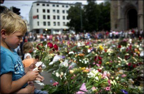 BLOMSTERHAV: Blomsterhavet vokser utenfor Oslo Domkirke. Foto: AFP