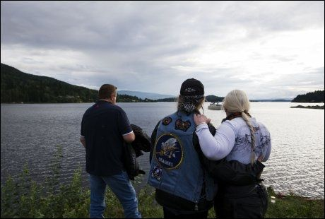 SØRGER: MC-førere kjørte kortesje fra Oslo til Tyrifjorden mandag for å minnes ofrene etter Oslo-bomben og skytingen på Utøya. Foto: AFP