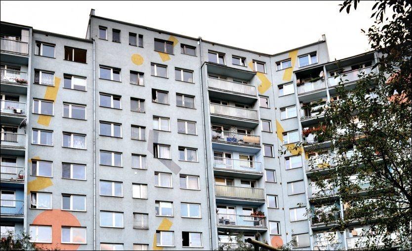 POLITI STORMET LEILIGHETEN: I denne boligblokken i en forstad til Wroclaw bor Lukasz Mikus. Han driver et kjemifirma Anders Behring Breivik skal ha kjøpt materialer til bomben fra. Foto: Harald Henden