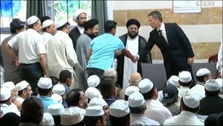 BLIR ØNSKET VELKOMMEN: Statsminister Jens Stoltenberg i Central Jamaat-E Ahl-E Sunnat-moskéen på Grønland i Oslo. Foto: Merete Gamst (utklipp fra VGTV)