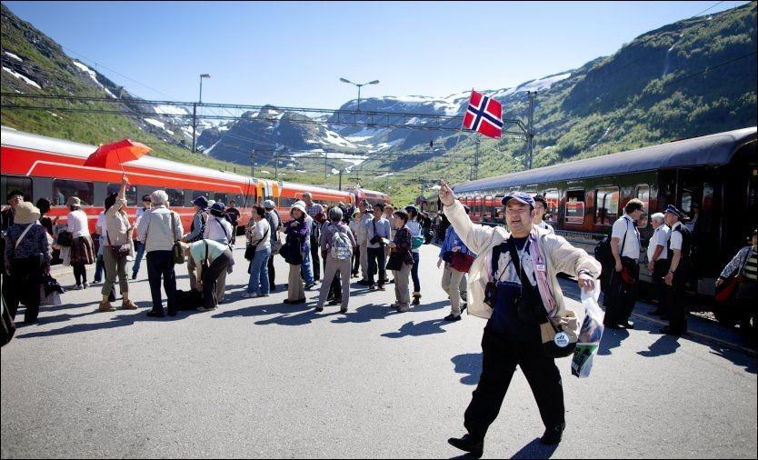 HURRA FOR NORGE: Japanske Hiroki Sugihara jubler over inntrykkene på Flåmsbanen. Fra Myrdal stasjon går turen videre til Oslo før han skal fly til Stockholm. Foto: KYRRE LIEN/VG