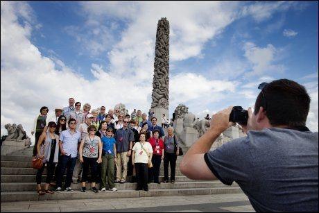 SMIL: Kevin Amante samler turgruppen for et bilde. Selv er han i Norge for å sjekke ut turen han selger i Amerika. Foto: KYRRE LIEN/VG