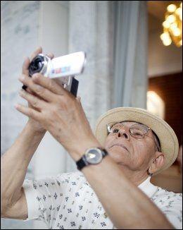 KONSENTRERT: Carlos Castrillian (74) er klar med kameraet i i Rådhuset i Oslo. Foto: KYRRE LIEN/VG