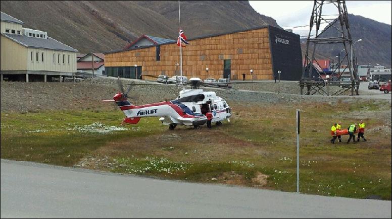 SKADET: Her blir en av de fire skadde fraktet fra Sysselmannens helikopter til Longyearbyen sykehus. MMSFoto: Thomas Lysgaard