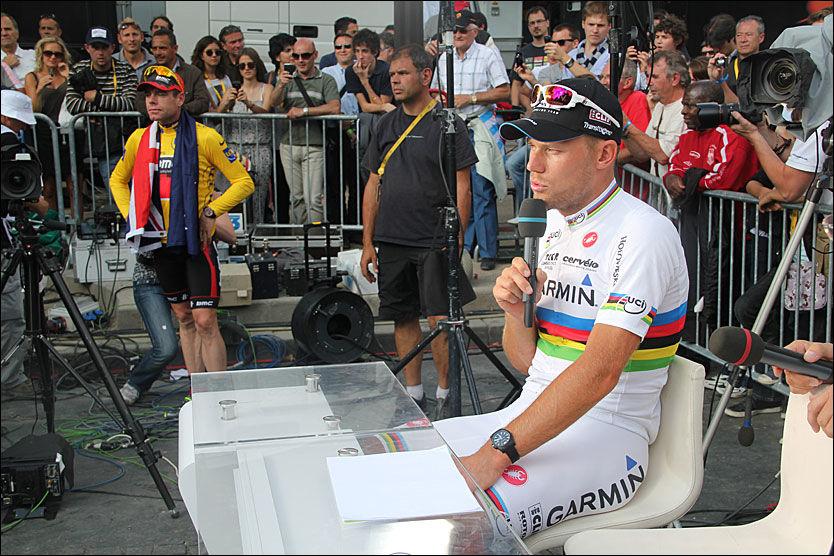 BLIR LAGKAMERATER: Thor Hushovd og Tour-vinner Cadel Evans (bak) sykler begge for BMC neste sesong. Her er de to etter den siste etappen i Tour de France i juli. Foto: Anders K. Christiansen, VG