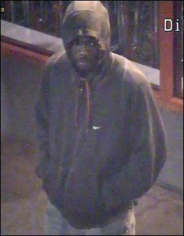 JAGER PØBELEN: Denne ukjente mannen er etterlyst av britisk politi etter opptøyet. Foto: PA