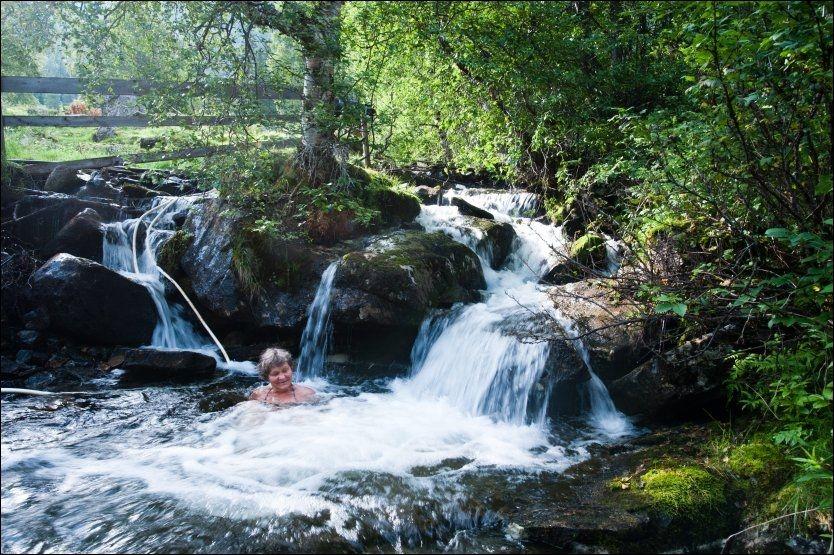 NATURLIG BOBLEBAD: Hver morgen bader Anne Jorunn Dalsegg i kulpen like ovenfor gården. - Et år badet jeg til november, sier hun. Foto: GJERMUND GLESNES / VG