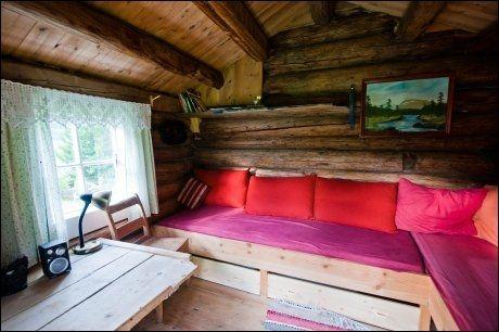 GAMMEL STIL: Standarden er enkel i eldhuset. Men det er koselig med tømmervegger og gammeldagse gardiner. Foto: GJERMUND GLESNES / VG