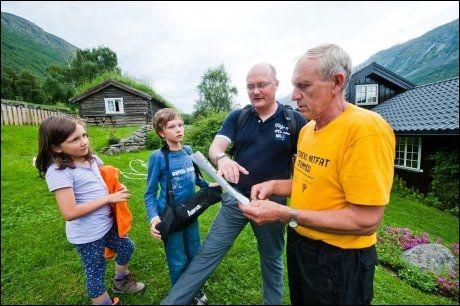 UT PÅ TUR: Trond Dalsegg (t.h.) har lagd kart over området, og forklarer ruten opp til fossen for Andreas Kukula, Lukas (10) og Fiona (7). Foto: GJERMUND GLESNES / VG