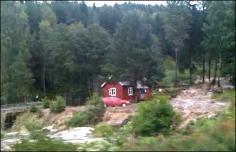 EVAKUERT: Personene i dette huset ved Espa i Stange måtte evakueres på grunn av vannmengdene mandag, melder NRK. Har du bilder eller tips? Ta kontakt på epost 2200@vg.no! Foto: Tom Scott Unneberg Nielsen