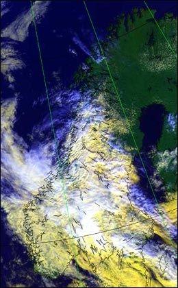 NORGE: Dette satelittbildet av Norge mandag viser nedbørsområdene over Sør-Norge. I nord er været pent. Foto: Meteorologisk institutt