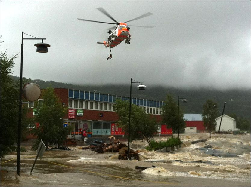 REDDES UT: Flere var innesperret i Ålen sentrum og måtte reddes ut med helikopter. Foto: Per Magne Moan