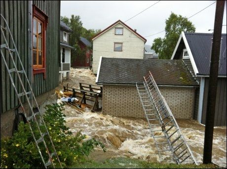 EVAKUERT: Tilsammen syv personer ble evakuert fra sine hjem i Ålen etter flommen tirsdag morgen. Foto: Per Magne Moan / Scanpix
