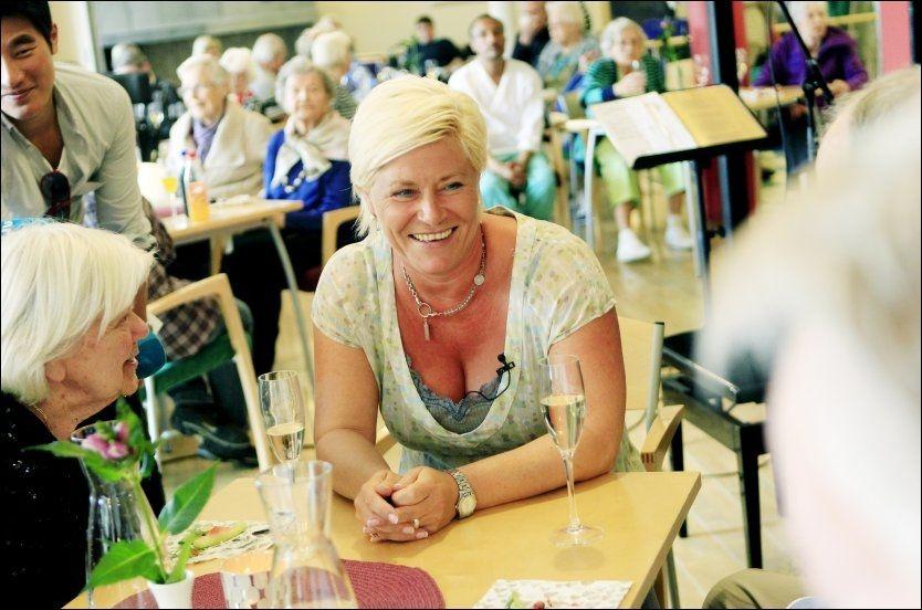 PÅ ELDREBESØK: Frp-leder Siv Jensen besøkte Solvang sykehjem for å lansere partiets eldrepolitikk i går. Men der ble det fokus på andre ting også. Foto: Nils Bjåland