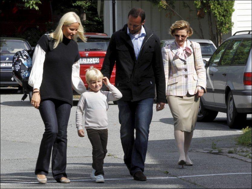 SPENT: Prins Sverre Magnus kommer til sin første skoledag på Jansløkka skole torsdag. Han blir fulgt av sin mor kronprinsesse Mette-Marit, dronning Sonja og kronprins Haakon. Foto: Scanpix