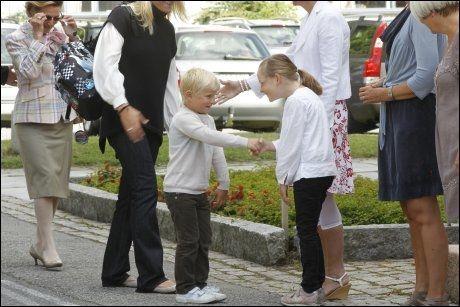 TRAFF SØSTEREN: Prins Sverre Magnus kommer til sin første skoledag på Jansløkka skole torsdag, og han traff ihvertfall én han kjente; søster Ingrid Alexandra. Foto: Scanpix