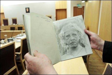 I RETTEN: Odd Nerdrum viste frem en skisse av seg selv da han var i retten tidligere i måneden. Kunstneren ville ikke la seg fotografere. Foto: Scanpix