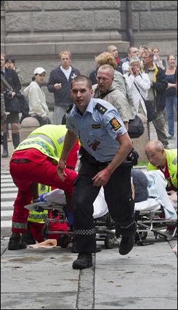 KRIGSSONE: Polititjenestemennene som ankom Regjeringskvartalet ble møtt av forferdelige scener. Foto: Berit Roald / Scanpix