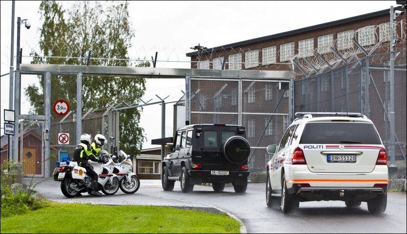 FENGSLET: Terrorsiktede Anders Behring Breivik ankommer Ila fengsel etter det andre fengslingsmøtet. Han får ikke lese brevene som blir sendt til ham. Foto: VEGARD GRØTT, SCANPIX