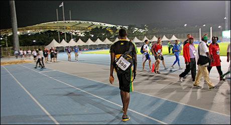 SE HVEM SOM KOMMER: Usain Bolt gikk rett over treningsbanen etter å ha forlatt stadion, som skimtes bak. VG Netts bilde viser at de forbipasserende tydelig blir overrasket over hvem som kom gående. Foto: Øyvind Brenne
