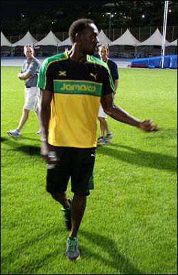 ORDKNAPP: Her er Usain Bolt på vei bort fra treningsbanen igjen - uten å ville snakke med noen reportere. Foto: Øyvind Brenne