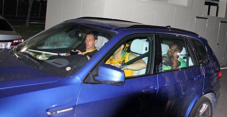 BYE, BYE: Sittende i baksetet mens han fiklet med mobilen forsvant Usain Bolt fra friidrettsarenaen sammen med medlemmer av Jamaica-teamet. Foto: Øyvind Brenne