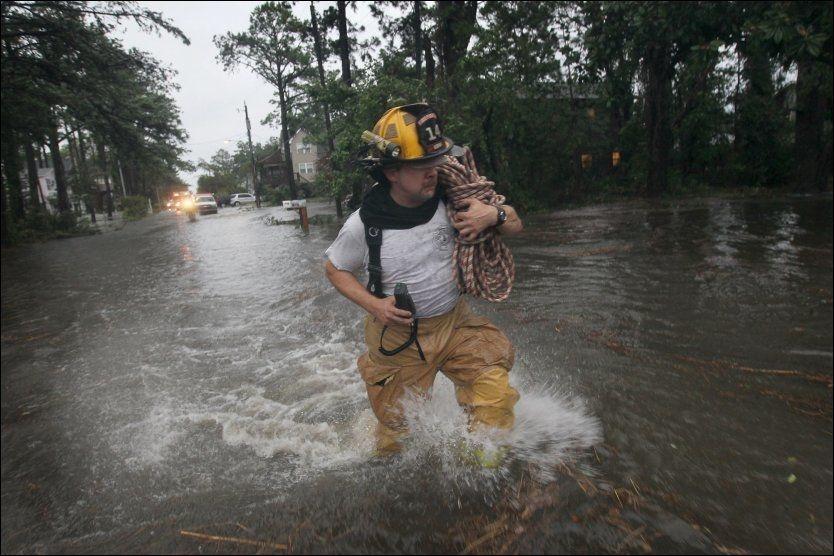 STORE VANNMENGDER: I Kill Devil Hills i North Carolina har orkanen Irene etterlatt seg store vannmengder. Foto: AFP