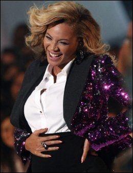 STRØK SEG PÅ MAGEN: Beyoncé ga publikum valuta for pengene også da hun fremførte en låt på nattens show. Foto: Reuters.