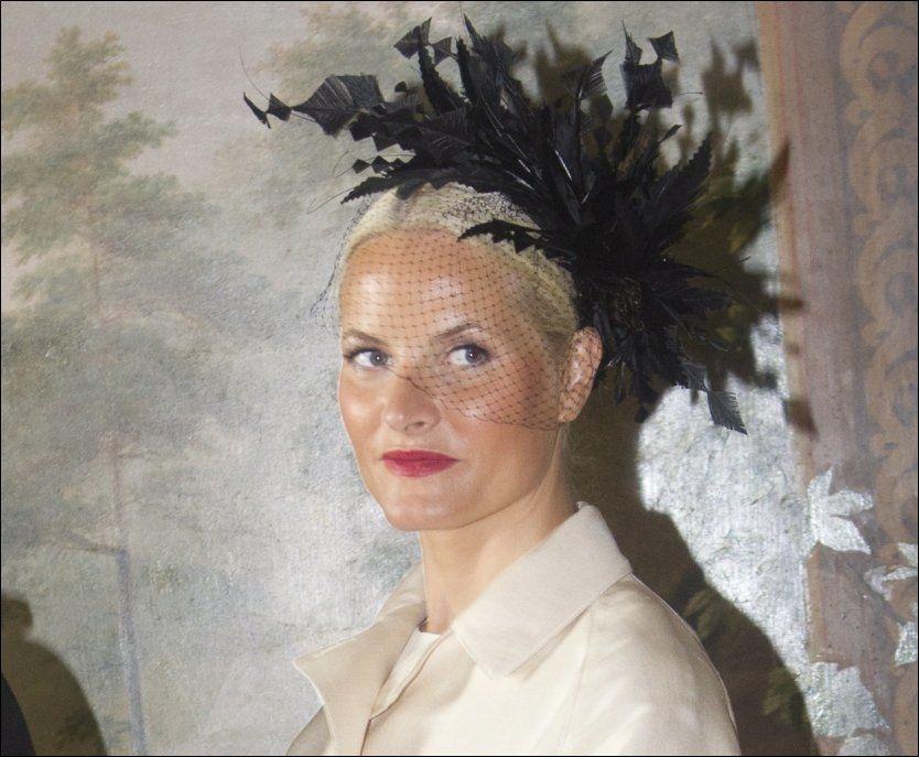 FREKT HATTEVALG: Kronprinsesse Mette-Marit (38) under dagens offisielle fotoseanse på Slottet. Foto: Scanpix