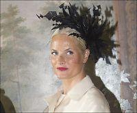 Mette-Marit får så hatten passer