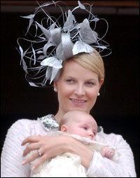 FJONG: 2003- og 04 var årene Mette-Marit for alvor begynte å bruke Treacys hatter. Her i dåpen til prinsesse Ingrid Alexandra april 2004. Foto: Mattis Sandblad