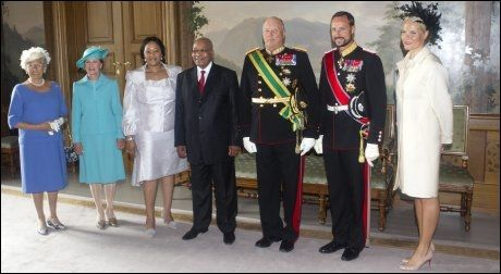 PÅ SLOTTET I DAG: Fra v.: Prinsesse Astrid, dronning Sonja, Tobeka Zuma, president Jacob Zuma, kong Harald, kronprins Haakon og kronprinsess Mette Marit. Foto: Scanpix