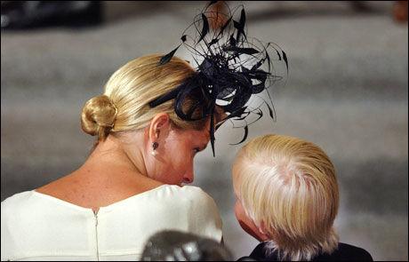 HØY I HATTEN: I dåpen til Maud Angelica sommeren 2003 hadde Mette-Marit en svart, sprakende Treacy-hatt på hodet. Foto: Scanpix