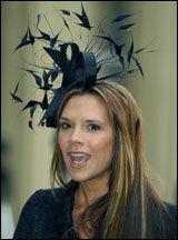 CLASSY: Victoria Beckham har en svart versjon av Mette-Marits grå Treacy-pryd. Her på Buckingham Palace i 2004. Foto: AFP