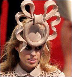 UTSKJELT: Prinsesse Beatrice fikk tyn verden rundt for Treacy-hatten hun bare i bryllupet til prins William og Catherine. Foto: AFP