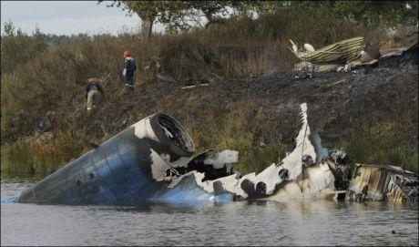 VRAKRESTER: 43 personer mistet livet da et JAK-42 passasjerfly krasjet like etter avgang ved den russiske byen Jaroslav. Foto: AP